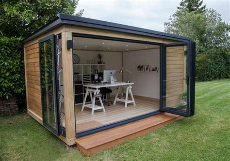 bureau de jardin en bois la cl 233 d un design discret et