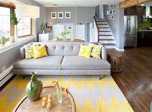 1001 variantes de salon gris et jaune pour vous inspirer With tapis jaune avec canapé cuir et bois