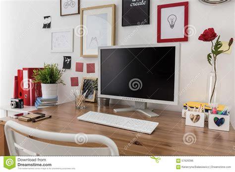 sur le bureau ordinateur de bureau sur le bureau en bois photo stock