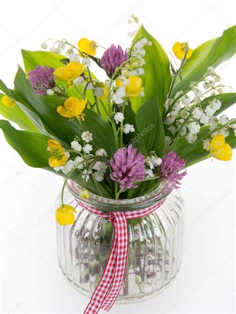 un bel mazzo di fiori bel mazzo di fiori di co luminosi e mughetto isolato