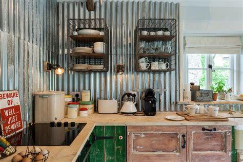 cuisine originale en bois un dosseret de cuisine tendance et moderne en métal