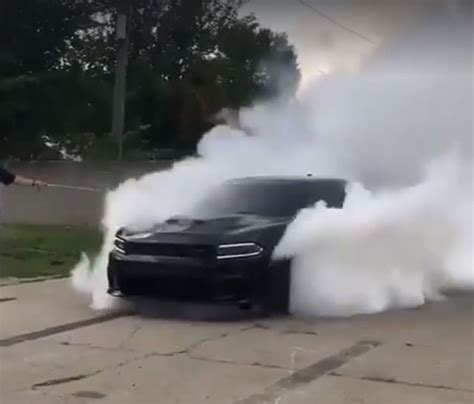 charger hellcat burnout dodge charger hellcat doing a fake awd burnout is murrican