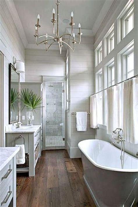 De natuur in je badkamer met houtlook tegels en planten