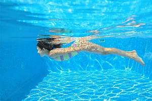 Rustine Piscine Sous L Eau : l 39 enfant actif heureux nage sous l 39 eau dans la piscine photo stock image 31991618 ~ Farleysfitness.com Idées de Décoration