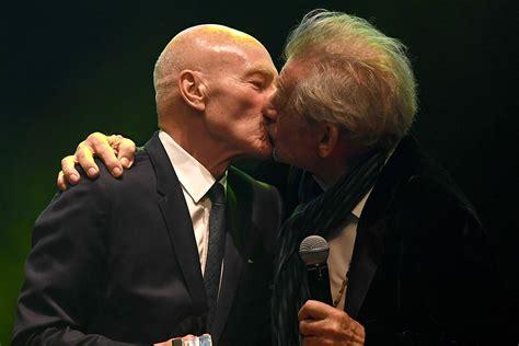 patrick stewart professor xavier patrick stewart e ian mckellen se beijam em entrega de