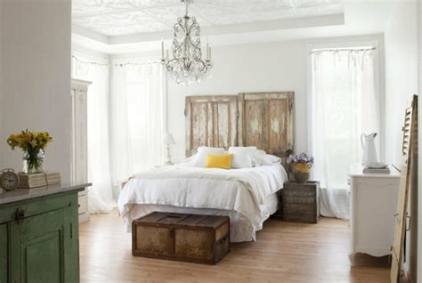 coffre chambre bout de lit coffre un meuble de rangement astucieux