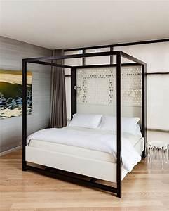 Lit A Baldaquin : chambre avec un lit baldaquin moderne ~ Teatrodelosmanantiales.com Idées de Décoration