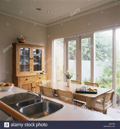 küchenarmatur vor fenster alte kiefern tisch und rohrstock chrom st 252 hlen vor gro 223 e fenster und glast 252 ren im essbereich
