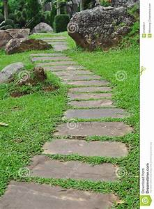 Chemin en pierre de jardin image stock image 21292641 for Chemin de jardin en pierre