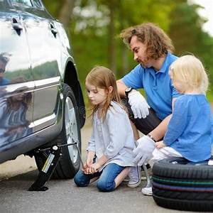 Aide De L Etat Pour Voiture : p re de aide de petite fille pour changer une roue de voiture image stock image du route ~ Medecine-chirurgie-esthetiques.com Avis de Voitures