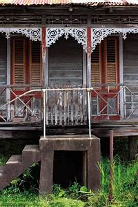 T&T's old wooden houses – Repeating Islands