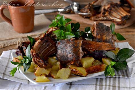 come cucinare il maialino al forno maialino al forno ricetta sarda con verdure su letto di