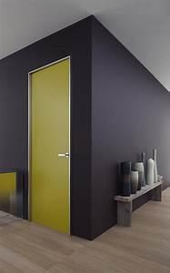 un mur sombre et des portes peintes dans des couleurs With porte d entrée alu avec profondeur niche salle de bain