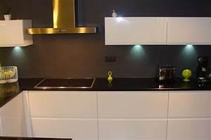 cuisine laquee blanche plan de travail granit noir photo With cuisine blanche plan de travail noir