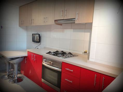 cocina encimera  horno bajo superficie postformada