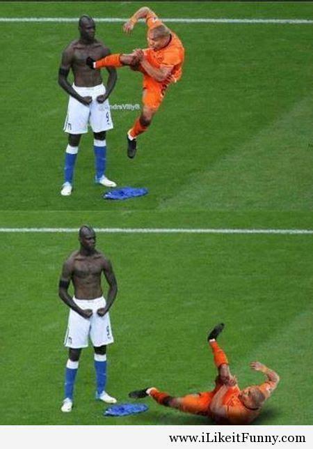 Meme Football - 14a funny football soccer meme balotelli de jong ilikeitfunny pinterest soccer kung fu