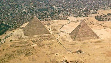 photo   day  egyptian pyramids  giza  kfc