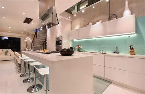 Glass Backsplash For Kitchens by Cool Ways To Update A Kitchen With A Glass Backsplash