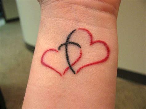 Poignet Tatouage Femme 2 Coeurs Rouges Entrelaces Avec Une