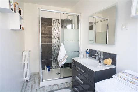 cuisine grise et gris et blanc dans la salle de bains moderne de à