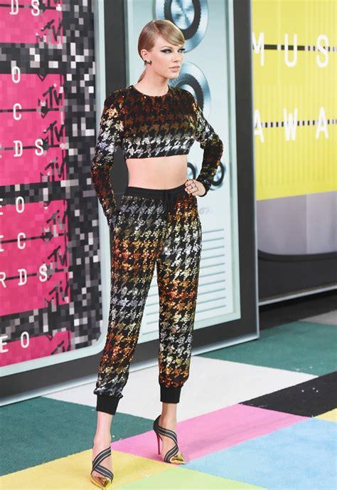 Taylor Swift chama atenção por cinturinha com look ...