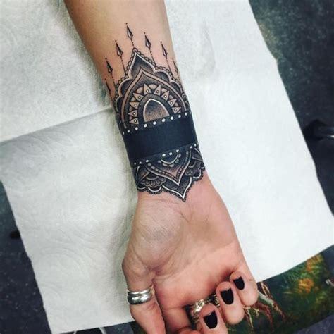 tatouage poignet femme top  des motifs bracelet