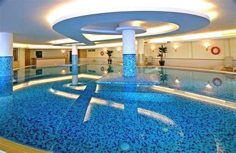 pool fliesen fuer ein modernes schwimmbecken