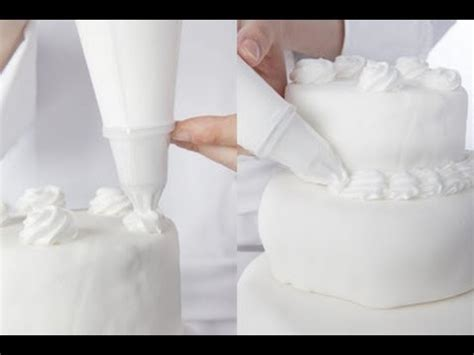 materiel cuisine professionnelle technique de cuisine décorer un gâteau avec une poche à