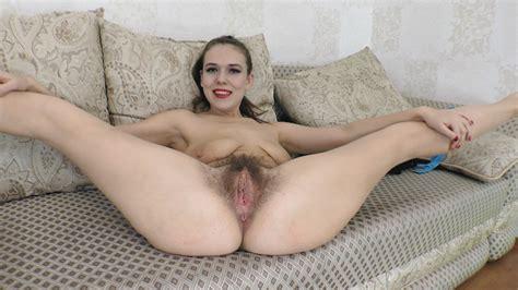 Una Giocosa Agneta Si Spoglia Nuda E Fa Godere Il Suo Corpo