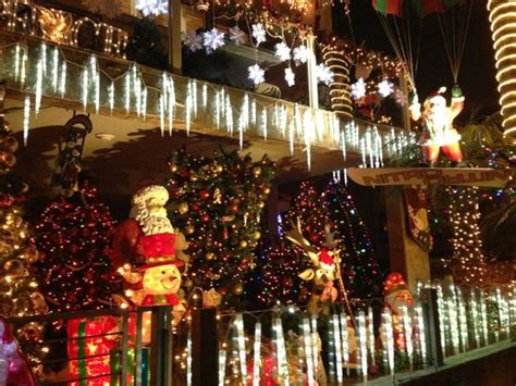 neighborhoods with the best holiday lights in los angeles