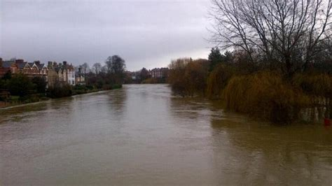 water levels continue  rise   river severn itv news