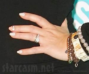 Pregnant jennifer love hewitt shows off baby bump bling for Jenn im wedding ring