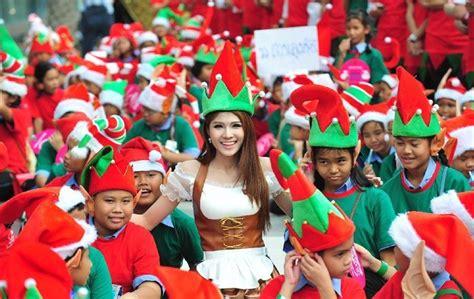 People dress as Santa's Elves gather to break Guinness ...