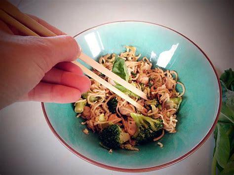 le gingembre en cuisine recette de nouilles sautées au poulet brocolis et