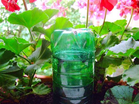 Pflanzen Während Urlaub Bewässern by Balkonkasten Bew 228 Sserung Pflanzen F 252 R Nassen Boden