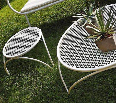 With its clear glass top and solid metal frame, light penetrates well through this modern coffee table. Round Low Coffee Table - Couture Outdoor