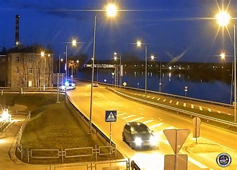 Pašvaldības policijas darbinieki aiztur meklēšanā izsludinātu automašīnu. - Daugavpils pilsētas ...
