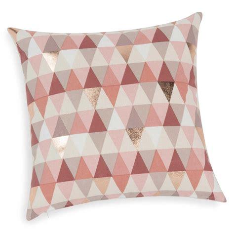 housse de coussin motif triangles roses    cm lucille maisons du monde