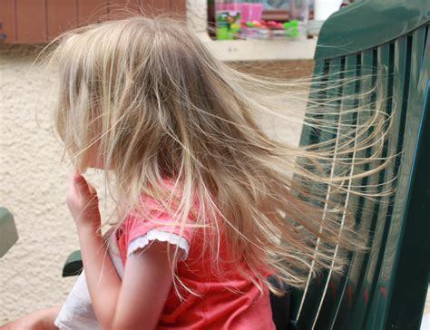 électricité statique canapé file electricité statique cheveux jpg wikimedia commons