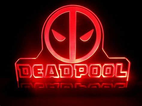le de bureau neon 55 goodies sur le thème de deadpool