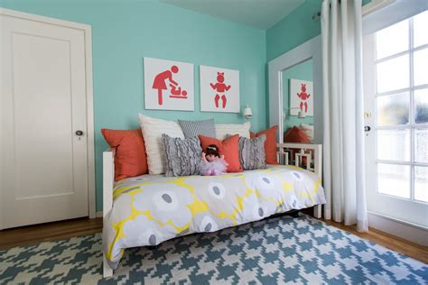 how to decorate a daybed bedroom with wall decor