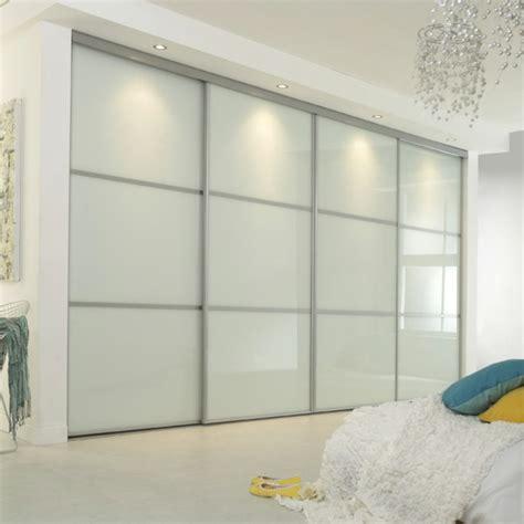 armoire chambre portes coulissantes la porte de dressing coulissante garantit un style moderne
