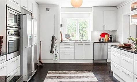 cocina blanca bien distribuida  armarios en tres frentes