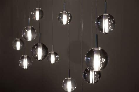 bureau suspendu quelques idées brillantes avec un luminaire suspendu
