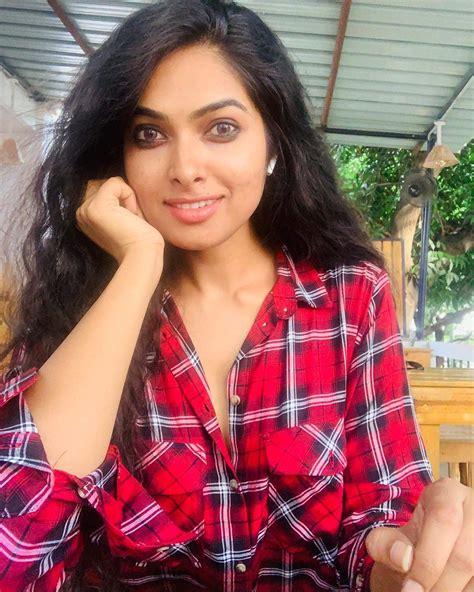 Bigg Boss Season 4 Telugu Contestant Divi Vadthya Biography And Images