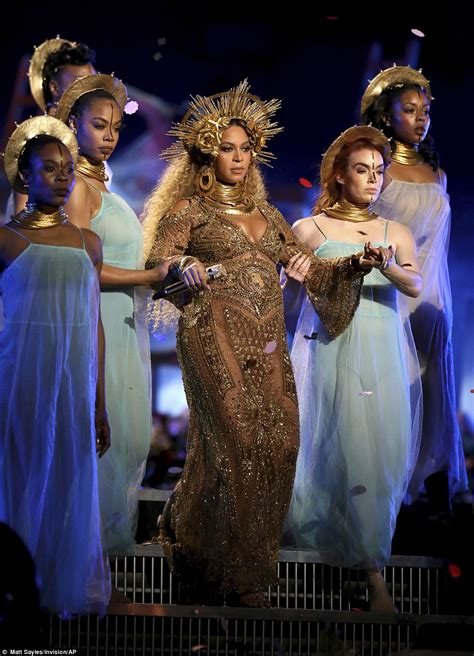 Grammy Awards 2017 sees pregnant Beyonce debuts baby bump ...