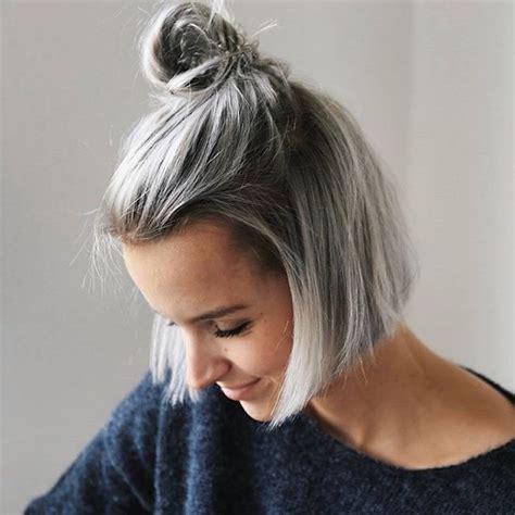 kurze bob frisur frau mit grauem glattem haar dutt frisur