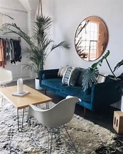 Tapis Berbere Ikea : salon contemporain canap bleu en velours et tapis berb re home sweet home pinterest ~ Teatrodelosmanantiales.com Idées de Décoration