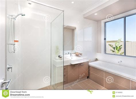 acqua marrone dal rubinetto bagno moderno con un rubinetto la vasca di acqua e un