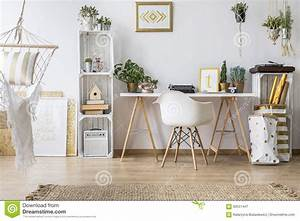 Schreibtisch Und Stuhl : ebene mit schreibtisch und stuhl stockbild bild von beleuchtung nordisch 83551447 ~ Markanthonyermac.com Haus und Dekorationen